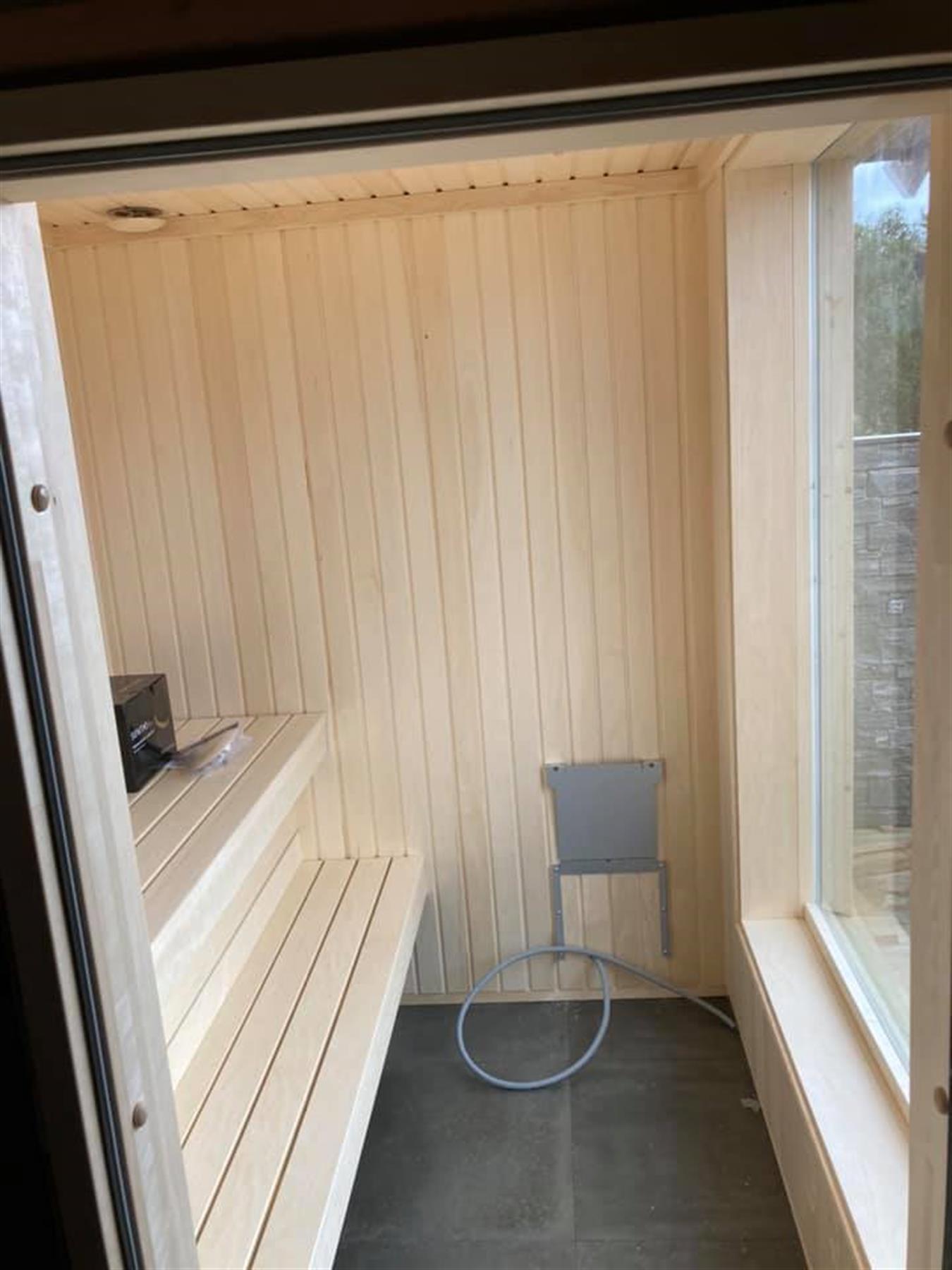 Badstue med stort vindu og orpanel