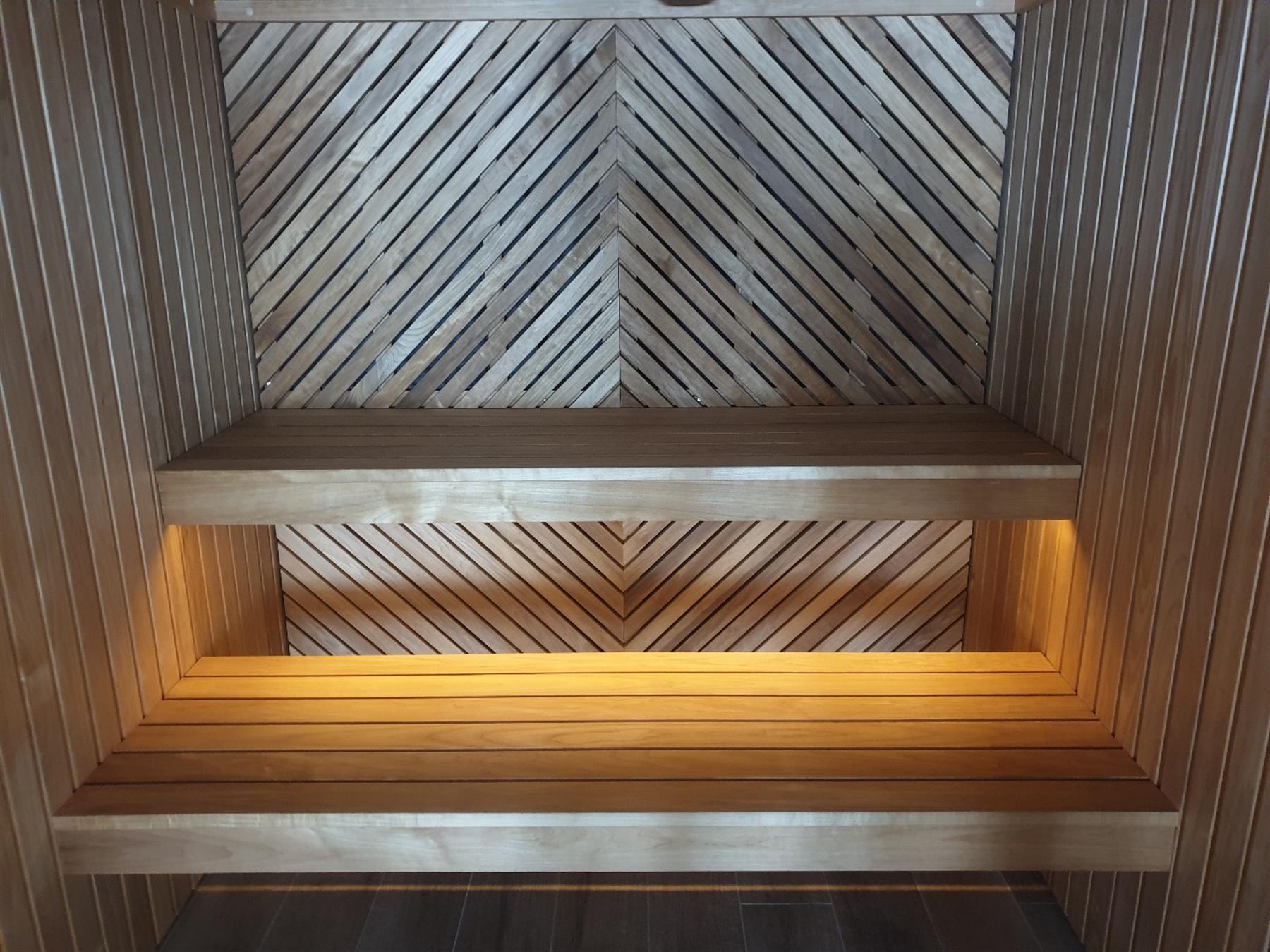 Badstue med varmebehandlet skrå panel